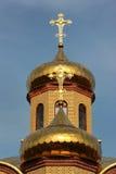 Rysk ortodox kyrka - kors uppe på de guld- kupolerna Royaltyfri Fotografi