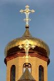 Rysk ortodox kyrka - kors uppe på de guld- kupolerna Fotografering för Bildbyråer