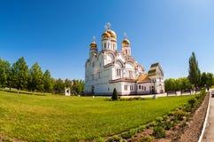 Rysk ortodox kyrka med guld- kupoler Fotografering för Bildbyråer