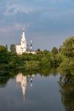Rysk ortodox kyrka på floden Royaltyfria Bilder