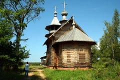 Rysk ortodox träkyrka inte långt Arkivbilder