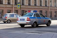 Rysk patrullpolisbil på en sitygata royaltyfri fotografi