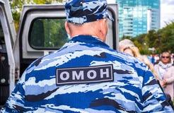 Rysk polis i likformig av den mobila enheten för special avsikt Royaltyfri Bild