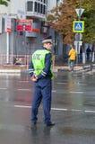 Rysk polispatrulltjänsteman av den statliga bilen Inspectora Arkivfoton