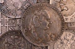 Rysk rubel tappningbakgrundsför silvermynt i den kejsarinnaAnna envåldshärskaren 1730 allra Ryssland Royaltyfri Fotografi