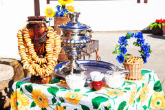 Rysk samovar med baglar på Maslenitsa Royaltyfria Bilder