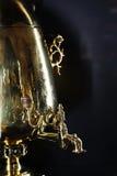 Rysk samovar med gravyr, apparat för att värma och kokande vatten royaltyfria bilder