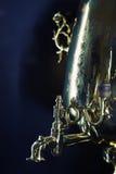 Rysk samovar med gravyr, apparat för att värma och kokande vatten, lodlinje royaltyfri bild