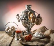 Rysk samovar, tehållare, viburnum, kaka Arkivbilder