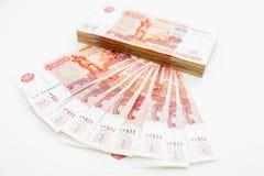 Rysk sedel 5000 rubel på vit bakgrund Lekmanna- lägenhet, bästa sikt Arkivbild