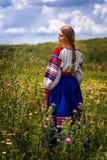 Rysk skönhet i nationell klänning royaltyfri fotografi