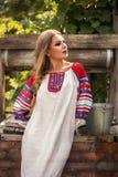 Rysk skönhet i nationell klänning Royaltyfria Bilder
