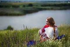 Rysk skönhet i nationell klänning Arkivbilder