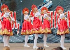 Rysk skönhet i Rodnichok folkgroupe arkivfoto
