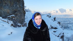 _ Rysk skönhet och den ryska vintern Pavloposad sjalett arkivbild