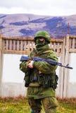 Rysk soldat som bevakar en ukrainsk sjö- grund i Perevalne, C Fotografering för Bildbyråer