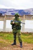 Rysk soldat som bevakar en ukrainsk sjö- grund i Perevalne, C Arkivbild