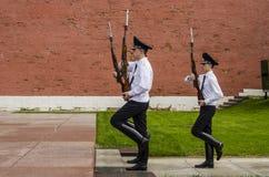 Rysk soldathedersvakt på Kremlväggen. Gravvalv av den okända soldaten i Alexander Garden i Moskva. Arkivfoton