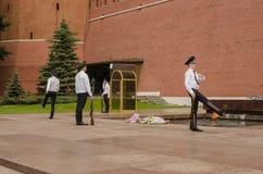 Rysk soldathedersvakt på Kremlväggen. Gravvalv av den okända soldaten i Alexander Garden i Moskva. Royaltyfri Bild