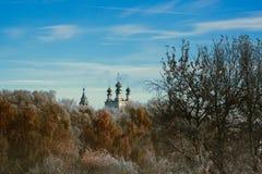 Rysk tempel i frostskogen Royaltyfri Bild