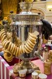 Rysk tesamovar med en grupp av baglar royaltyfri foto