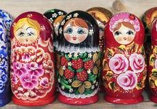 Rysk trädockamatryoshka på räknaren av presentaffären Matryoshka ?r en nationell rysk souvenir royaltyfri fotografi