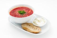 Rysk traditionell rödbetasoppa med bröd och gräddfil Arkivbild