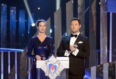 Rysk TVpresentatör, finalist av `en 2008 för universum för strid`-fröcken Vera Krasova och sångare Evgeny Kungurov på ceremonivin Royaltyfri Bild