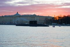 Rysk ubåt mot bakgrunden av byggnaden av akademin av konster i den Maj aftonen Förberedelse för Victory Da Arkivbild