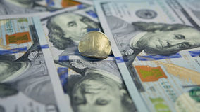 Rysk valuta ett mynt för rubel (1 RUB) mot hundra bakgrund för banknotes' för amerikandollar (100 USD) Arkivbilder