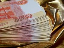 Rysk valuta för 5000 rubel på en guld- bakgrund Royaltyfri Foto