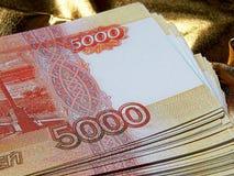 Rysk valuta för 5000 rubel på en guld- bakgrund Fotografering för Bildbyråer