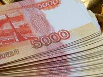 Rysk valuta för 5000 rubel på en guld- bakgrund Arkivbilder