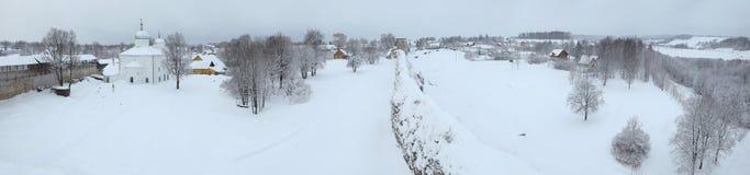 Rysk vinter Izborsk fästning nära Pskov, Ryssland royaltyfri foto