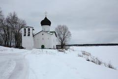 Rysk vinter Kyrka av helgonet Elijah profeten på Vybutyen Pogost nära Pskov, Ryssland Arkivbild