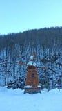 Rysk vinter, träväderkvarn och snöig skog Arkivbilder