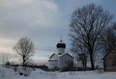 Rysk vinter Vybuty Pogost nära Pskov, Ryssland Arkivfoton