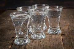 Rysk vodka i skottexponeringsglas fotografering för bildbyråer