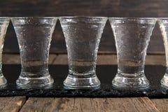 Rysk vodka i skottexponeringsglas arkivfoton