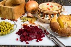 Ryska ättiksåsingredienser: potatisar, beta, morötter, på burk ärtor, inlagd kål, solrosolja och dill Fotografering för Bildbyråer