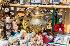 Ryska dockor och souvenir ligger bredvid samovar royaltyfri bild