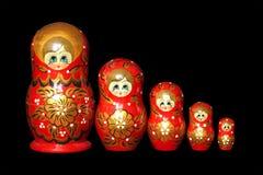 Ryska dockor som isoleras på svart Arkivfoton