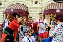 Ryska flickor som fotograferas med fans av det marockanska fotbollslaget Arkivfoto