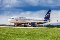 Ryska flygbolag som tar av från den Zagreb flygplatsen Royaltyfria Foton