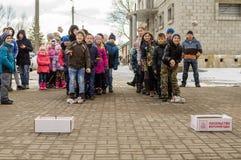 Ryska folk övervintrar festival i den Kaluga regionen på mars 13, 2016 Royaltyfri Fotografi