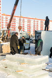 Ryska isskulpturer som installerar kvarter Arkivfoton