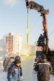 Ryska isskulpturer som installerar kvarter Arkivbild