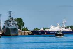 Ryska kustbevakningpatrullfartyg i Baltiysk Arkivbilder