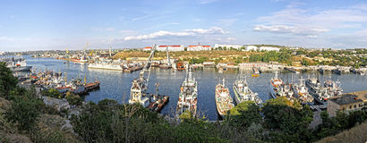 Ryska marinkrigsskepp på fjärden av Sevastopol, Krim, Ukraina Arkivfoto
