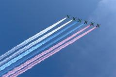 Ryska militära flygplan flyger i bildande över Moskva under Victory Day ståtar, Ryssland Royaltyfri Bild